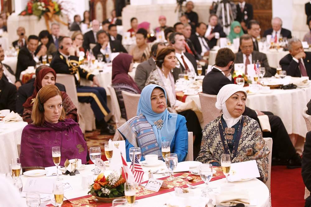 Заместитель директора по коммуникациям Белого дома Дженнифер Псаки на государственном обеде от имени президента Индонезии Сусило Бамбанга Юдхойоно в Джакарте, Индонезия, 2010 год