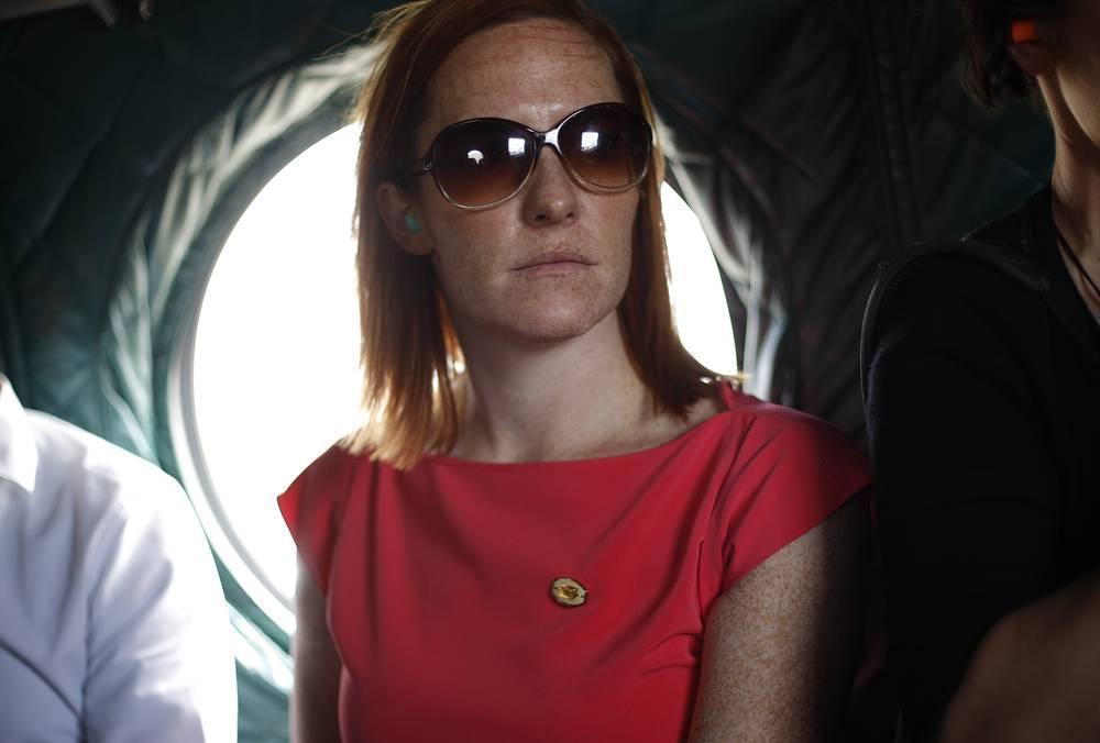 Пресс-секретарь кандидата в президенты от Демократической партии Барака Обамы на борту военного вертолета на пути на базу ВВС в штате Колорадо, 2012 год