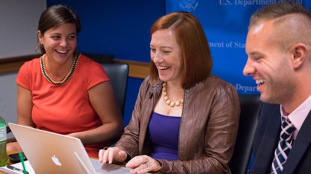 """Секретарь Госдепартамента США Дженнифер Псаки отвечает на вопросы во время Twitter-конференции """"Спроси Джен"""" в Госдепартаменте США, 2014 год"""