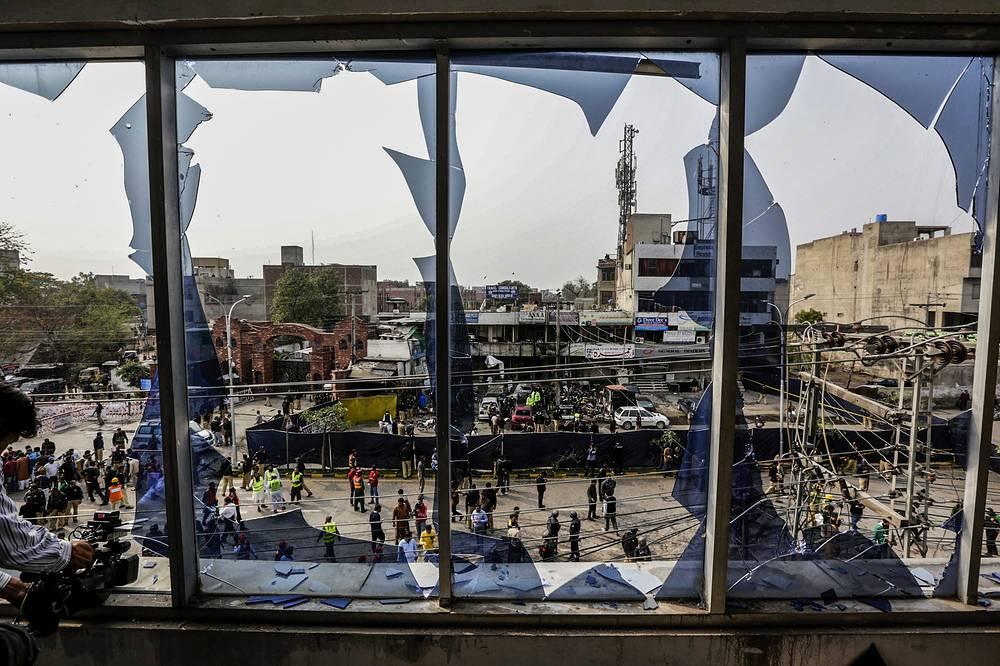"""17 февраля в афганской провинции Логар, расположенной недалеко от столицы страны Кабула,  при взрыве погибли 11 офицеров полиции. Как сообщил представитель МВД Дин Мохаммад Дервиш, террорист-смертник подорвал себя рядом с полицейским участком. Ответственность за взрыв взяла на себя террористическая группировка """"Джамаат-уль-ахрар"""", входящая в движение """"Техрик-и-талибан Пакистан"""""""