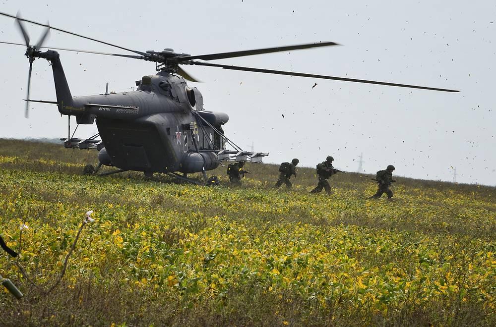 """Десантирование с борта транспортно-боевого вертолета Ми-8АМТШ. Винтокрылая машина данной модификации способна применять противотанковые управляемые ракеты """"Атака"""" и """"Штурм"""" и оснащена комплексом броневой защиты экипажа"""