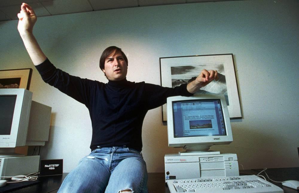 В 1996 году Apple, в то время находившаяся на грани банкротства, пригласила Джобса в качестве исполняющего обязанности генерального директора и члена совета директоров. Под его руководством разработанная операционная система NeXT стала основой для новой операционной системы OS X, было свернуто несколько неудачных проектов компании, в том числе связанный с карманным компьютером Newton. На фото: Стив Джобс, 1993 год