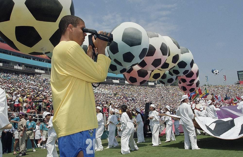 В 17-летнем возрасте Роналдо получил приглашение в сборную Бразилии на чемпионат мира 1994 года. Форвард не провел на поле ни одной минуты, на завоевал титул вместе с командой (На фото - во время торжественной церемонии перед финалом против команды Италии)