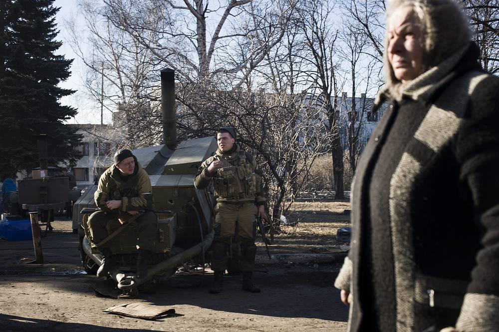 18 февраля в ДНР сообщили, что силовики в Дебальцеве массово сдают оружие ополченцам. На фото: ситуация в Дебальцеве, 24 февраля 2015 года