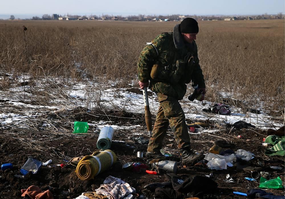 Как отмечалось в сообщении МККК, единственная больница Дебальцеве пока не работает, поэтому лекарства, которые привезли сотрудники организации в этот город, передали в единственный городской пункт оказания экстренной медицинской помощи. На фото: ополченец ДНР в Дебальцеве после отвода украинских военных, 20 февраля 2015 года