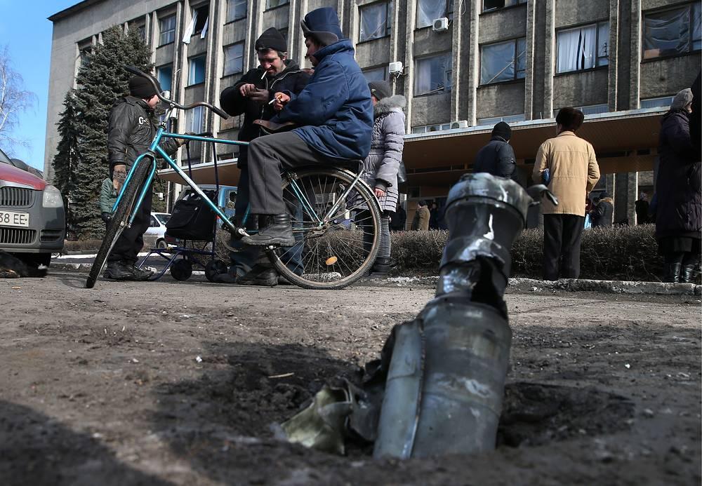 В первой половине февраля город  Дебальцево стал местом наиболее ожесточенных боев между украинскими силовиками и ополченцами. На фото: одна из улиц Дебальцева после ухода украинских военных, 20 февраля 2015 года