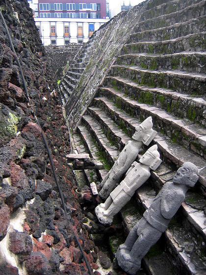 """Фигуры богов, прислоненные к стенам ацтекского """"Большого храма"""" в Мехико"""