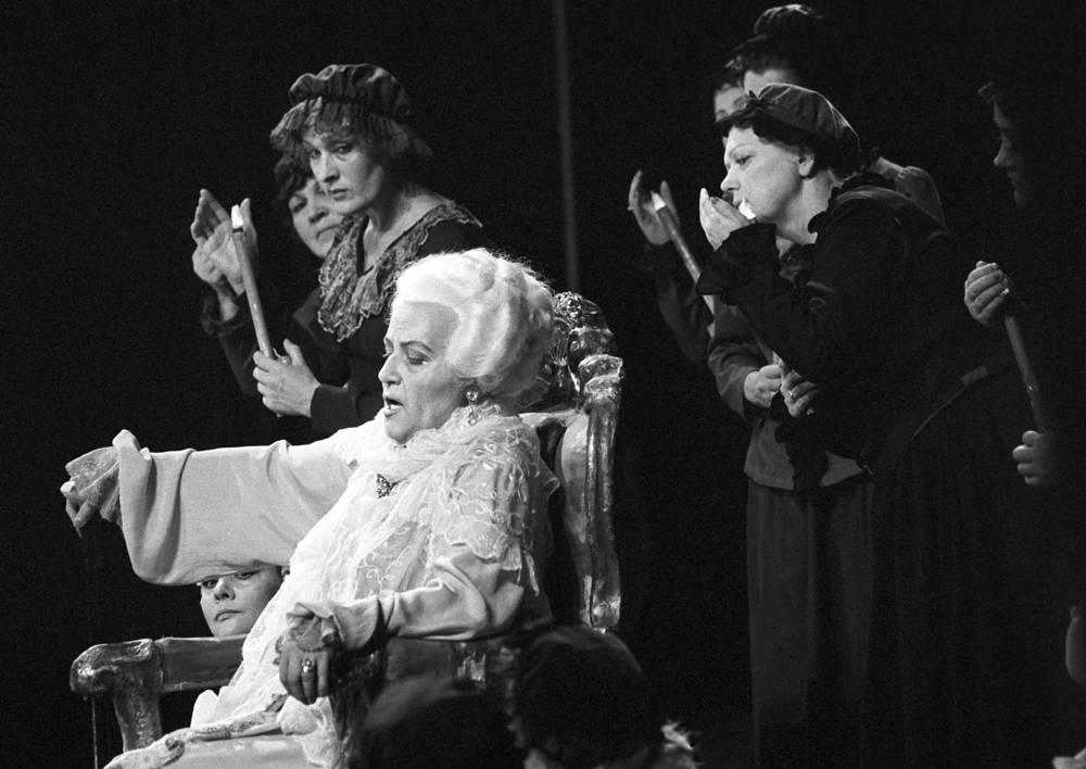Елена Образцова (в белом) в роли графини. Большой театр, 1982 год