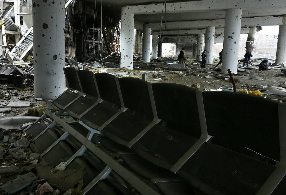 """""""Я не видел контекста, но если президент Порошенко выступает за то, чтобы начинать силовые операции, мы бы предложили ему подумать, прежде чем предпринимать такие действия"""", - заявил Керри. На фото: последствия боевых действий в зале ожидания аэропорта Донецка"""