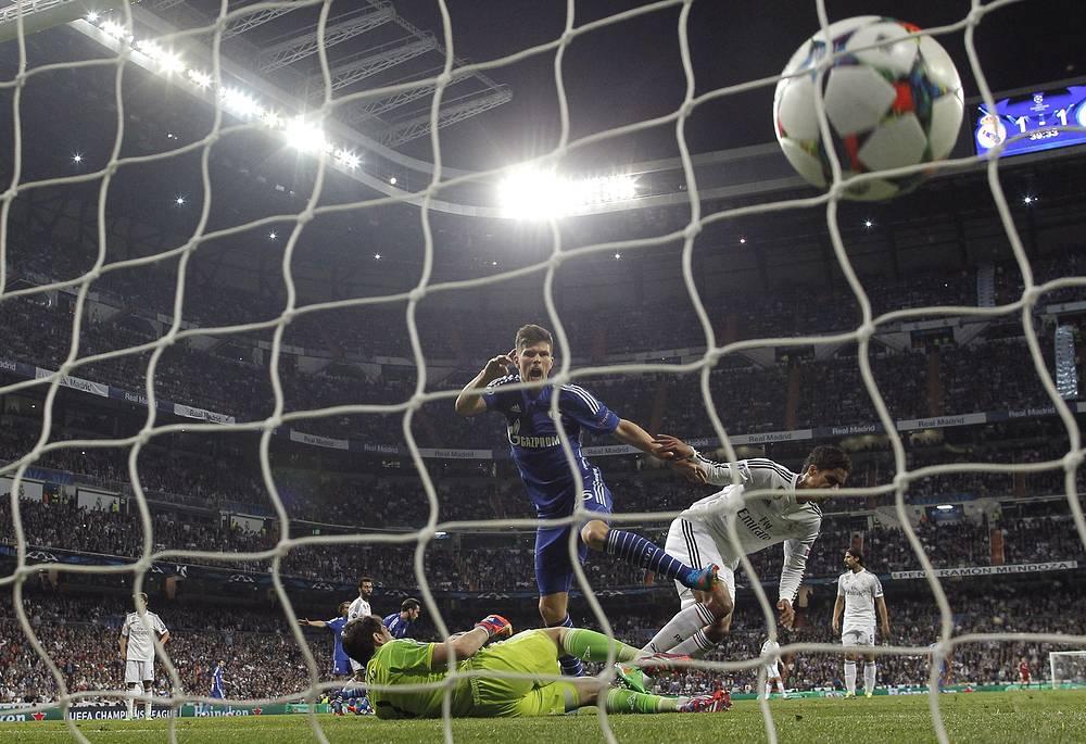 "Клас-Ян Хунтелар дважды выводил ""Шальке"" вперед, но немецкому клубу не хватило для выхода в 1/4 финала одного мяча"