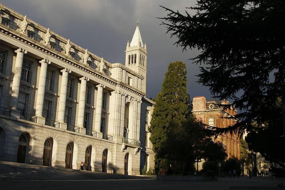 Калифорнийский университет в Беркли (University of California, Berkeley) Основан в 1868 г. на основе Калифорнийским колледжа и государственным Колледжем сельского хозяйства, горного и механического дела. Является основным и старейшим их кампусов Калифорнийского университета. Известен тем, что в нем впервые был открыт вирус гриппа, витамин E, химические элименты - плуторний, берклий, калифорний и др. Университет играл важную роль в разработке атомной и водородной бомбы. Среди выпускников университета - 30 лауреатов Нобелевской премии