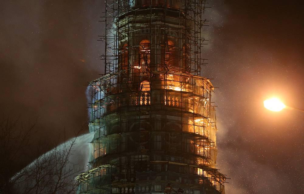 По предварительной информации, колокольня практически не пострадала от пожара, так как огонь не проник внутрь