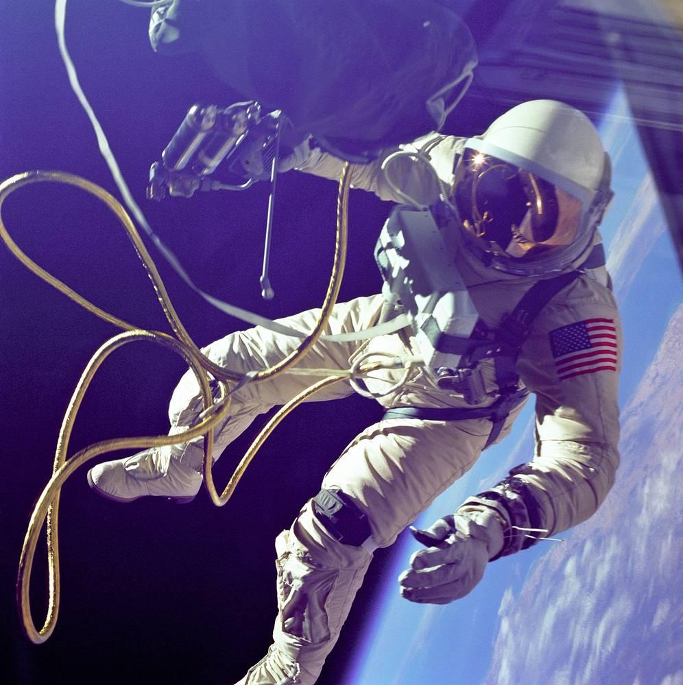 Вторым человеком, вышедшим в открытый космос, стал американский астронавт Эдвард Уайт
