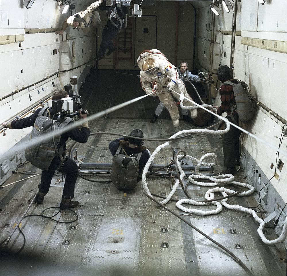 """Первым европейским космонавтом, вышедшим в открытый космос, стал француз Жан-Лу Кретьен. Свой выход он совершил в ходе трехнедельной экспедиции на орбитальную станцию """"Мир"""" в 1988 году"""