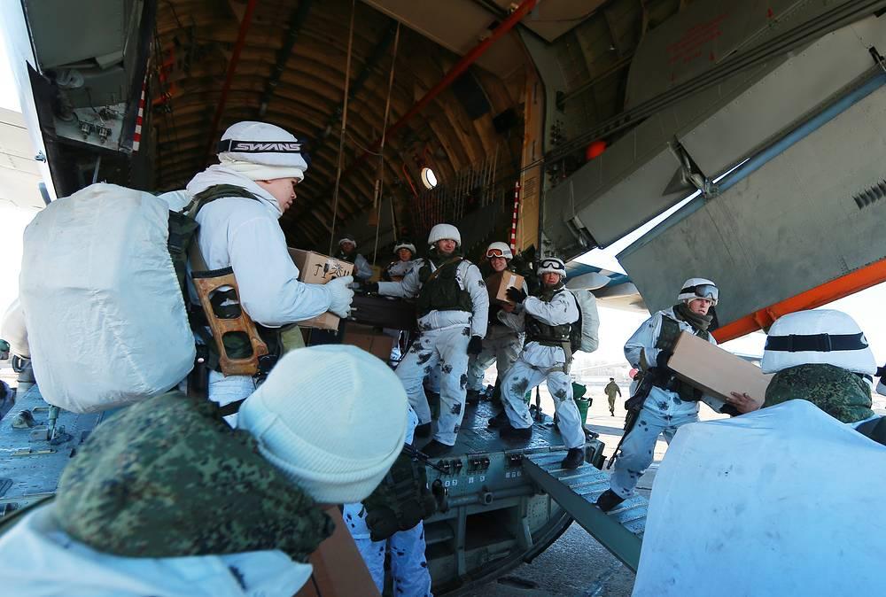 Десантники за погрузкой в самолет запасов продовольствия