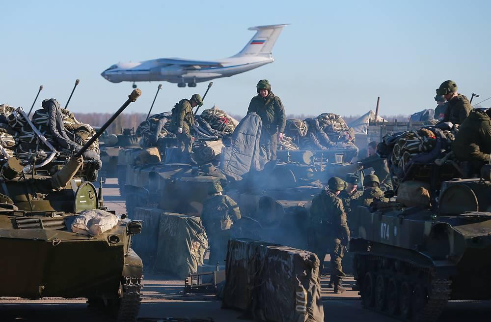 Военнослужащие готовят боевые машины десанта БМД-2 к десантированию парашютным способом