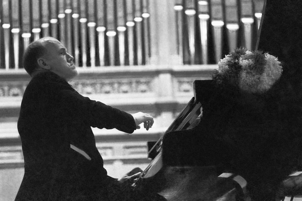 В 1960 году Рихтер впервые совершил гастрольный тур по США, в 1961-1962 гг. выступал в Великобритании, Франции, Германии, Италии. На фото народный артист СССР Святослав Рихтер на одном из своих концертов. 1963 год