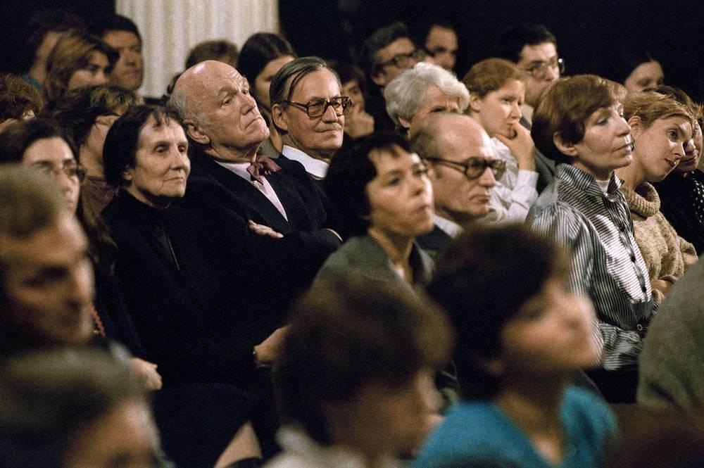 """Нина Дорлиак и Святослав Рихтер (слева во втором ряду) на фестивале """"Декабрьские вечера"""" в Музее изобразительных искусств имени А. С. Пушкина, 1984 год"""
