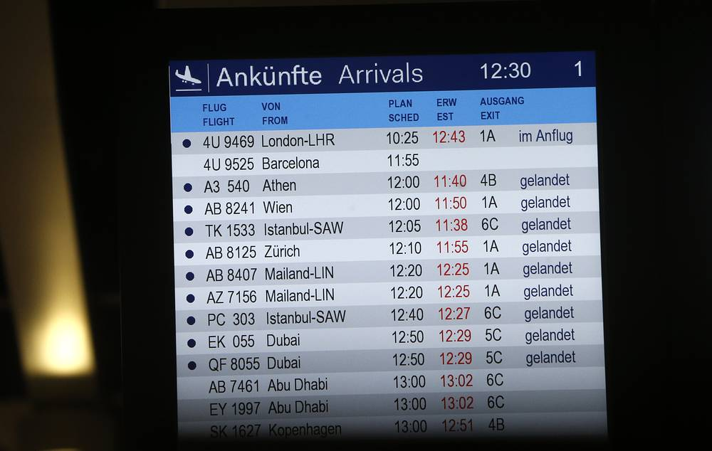 Более на связь с диспетчерами экипаж самолета не выходил. На фото: табло с рейсами в аэропорту Дюссельдорфа