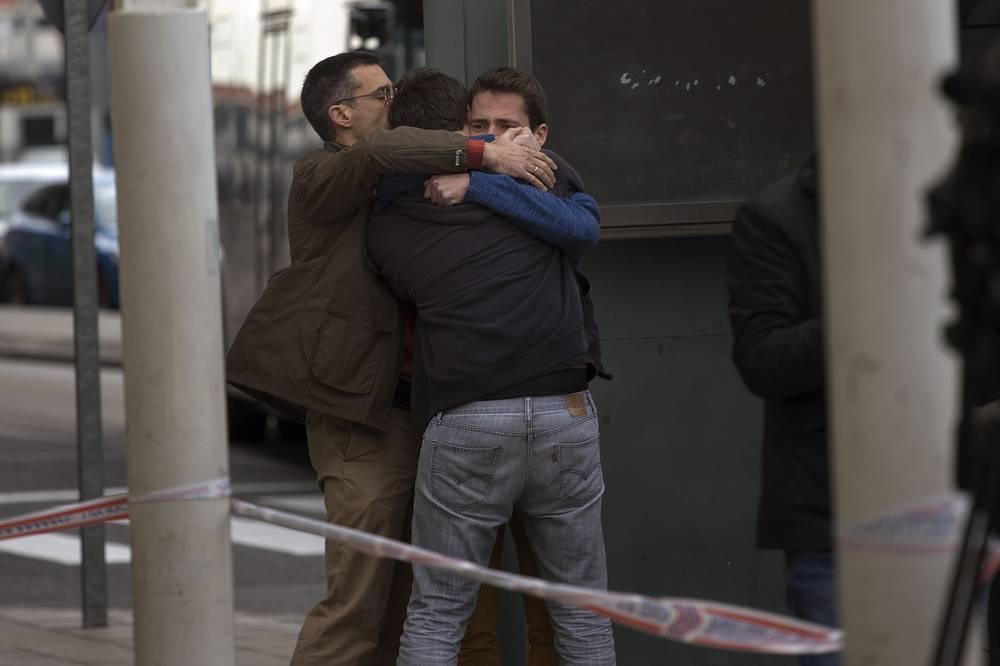 Родственники пассажиров самолета авиакомпании Germanwings в аэропорту Барселоны