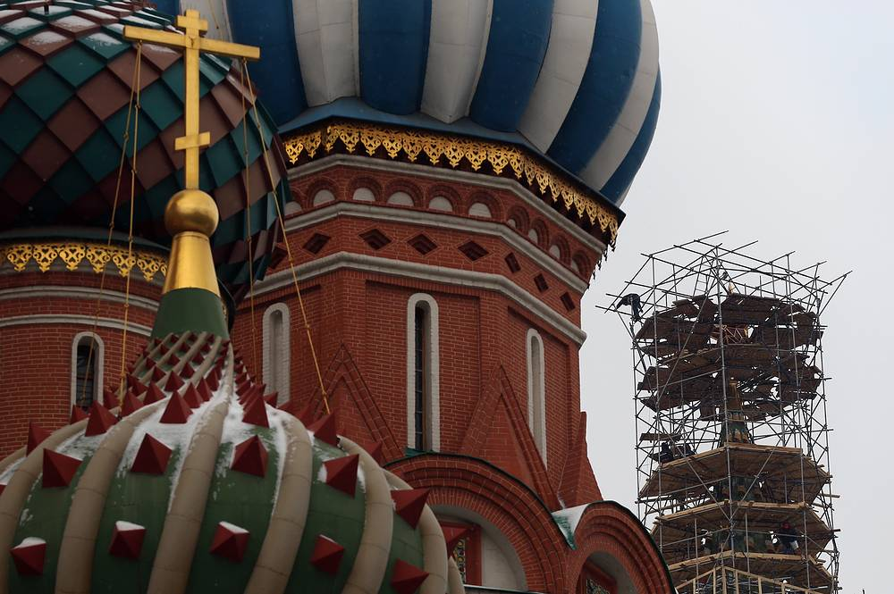 Храм Василия Блаженного и Спасская башня Московского Кремля