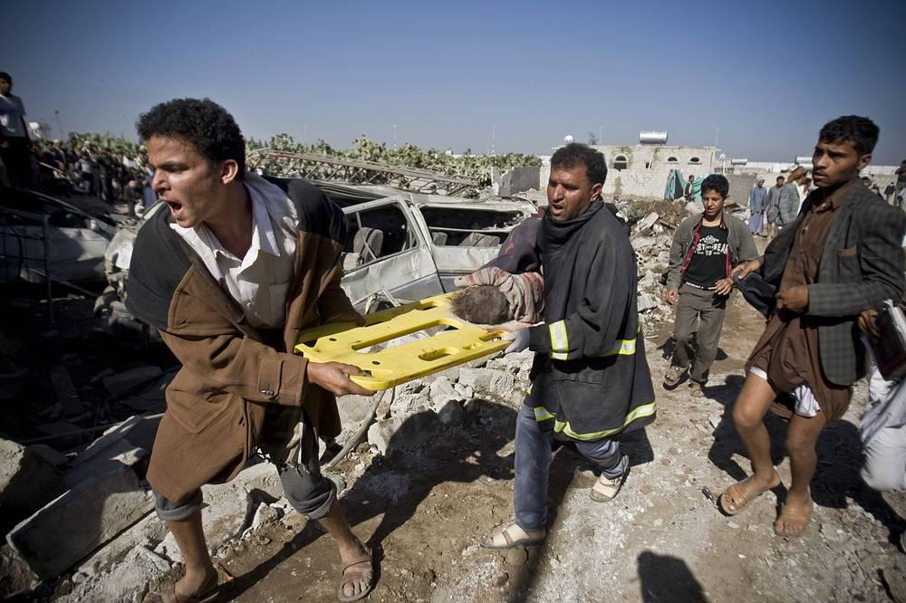 """В ночь на 26 марта Саудовская Аравия при поддержке авиации стран Персидского залива начала военные действия против шиитских мятежников в Йемене. Операция получила название """"Буря решимости"""".  На фото: последствия авиаударов рядом с аэропортом Саны, 26 марта"""