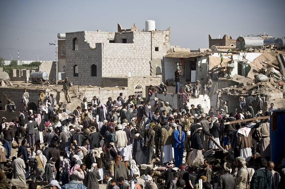 Представитель минздрава Йемена заявил, что жертвами авиаударов стали 18 человек, еще 24 получили ранения. По его данным, большинство пострадавших - женщины и дети. На фото: последствия авиаударов рядом с аэропортом Саны, 26 марта
