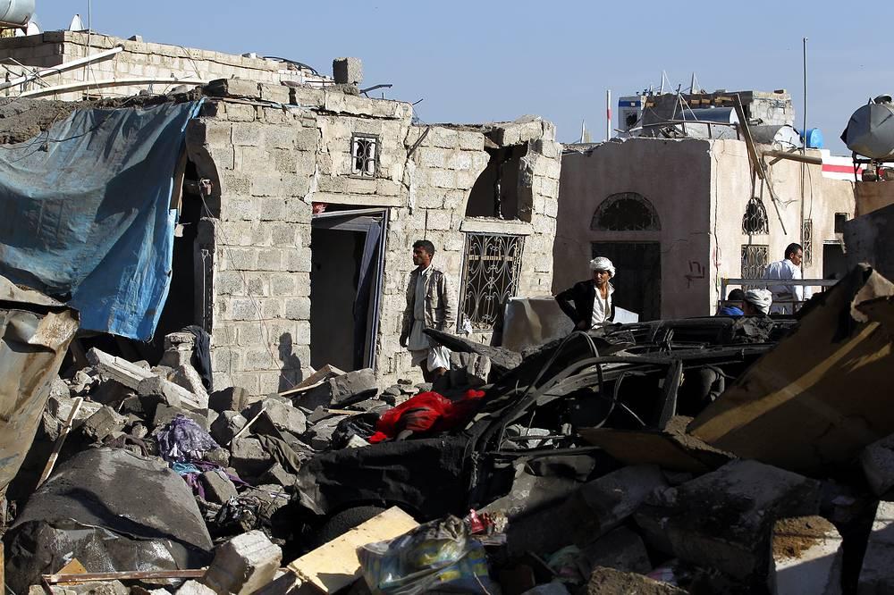 В результате бомбардировок была уничтожена большая часть средств ПВО, принадлежавших повстанцам и перешедшим на их сторону частям йеменской армии. На фото: последствия авиаударов в Сане, 26 марта