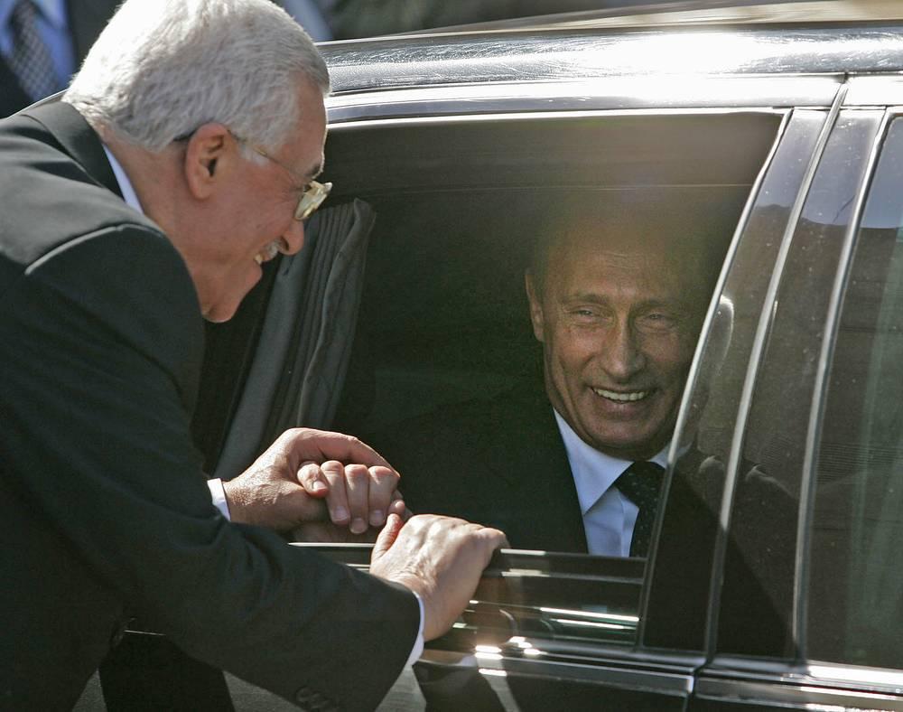 С Россией Аббаса всегда связывали теплые отношения. Именно здесь он защитил кандидатскую диссертацию и многие годы был сопредседателем Российско-палестинского рабочего комитета по Ближнему Востоку. На фото: Махмуд Аббас провожает президента России Владимира Путина после встречи в Рамалле, апрель 2005 года