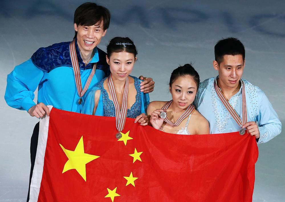 Серебряныными и бронзовыми призерами ЧМ в соревнованиях спортивных пар стали китайские дуэты Суй Вэньцзин/Хань Цун и Пан Цин/Тун Цзянь (справа налево)