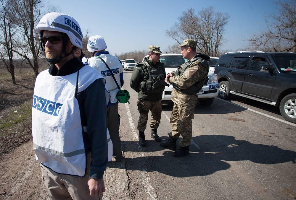 24 марта группа наблюдателей ОБСЕ и российских журналистов попала под обстрел украинских силовиков в районе села Широкино в Донецкой области. Водитель съемочной группы РЕН ТВ был ранен. На фото: наблюдатели ОБСЕ в селе Широкине