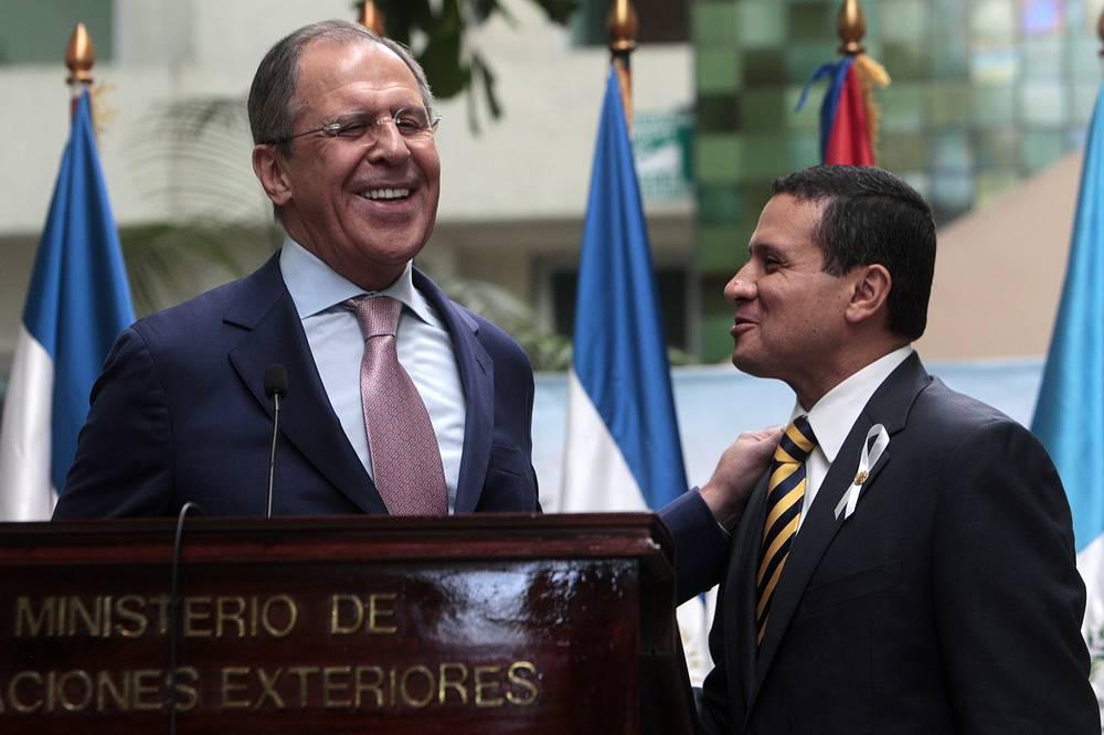 С 24 по 26 марта министр иностранных дел России Сергей Лавров посетил с визитом несколько стран Латинской Америки. В частности, глава внешнеполитического ведомства побывал на Кубе, в Колумбии, Никарагуа и Гватемале. На фото: главы МИД РФ и Гватемалы Сергей Лавров и Карлос Моралес, 26 марта