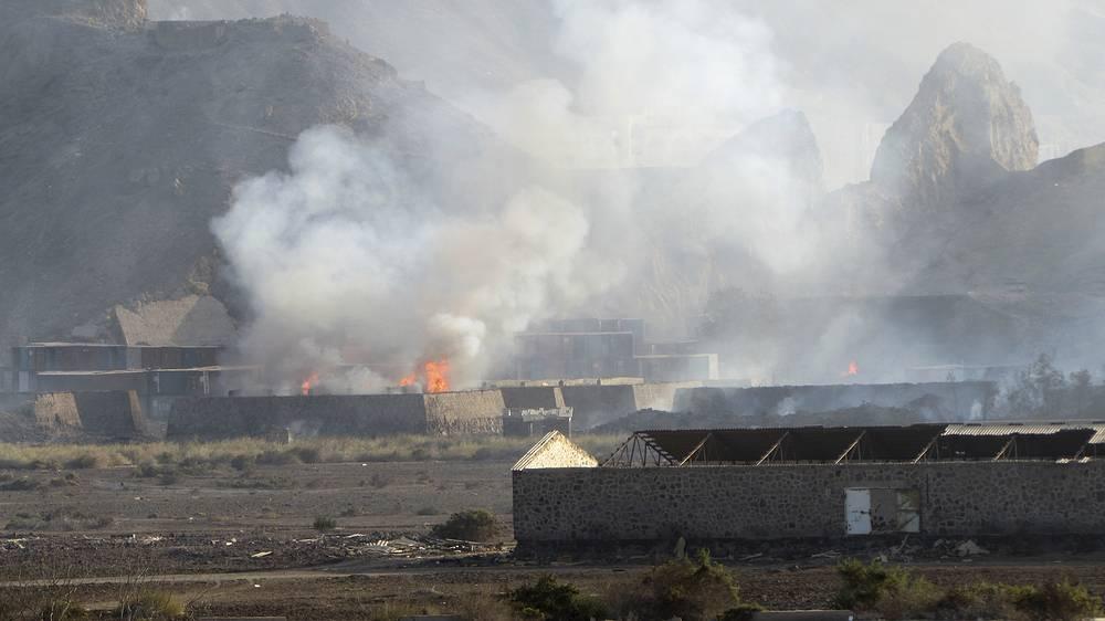 28 марта сообщалось, что в Сааде была выведена из строя ТЭЦ, что повлекло за собой нарушение электроснабжения северных областей. 29 марта там были уничтожены два хранилища Йеменской газовой компании. На фото: взрыв складов с оружием на военной базе Джебель-аль-Хадид, Аден, 28 марта
