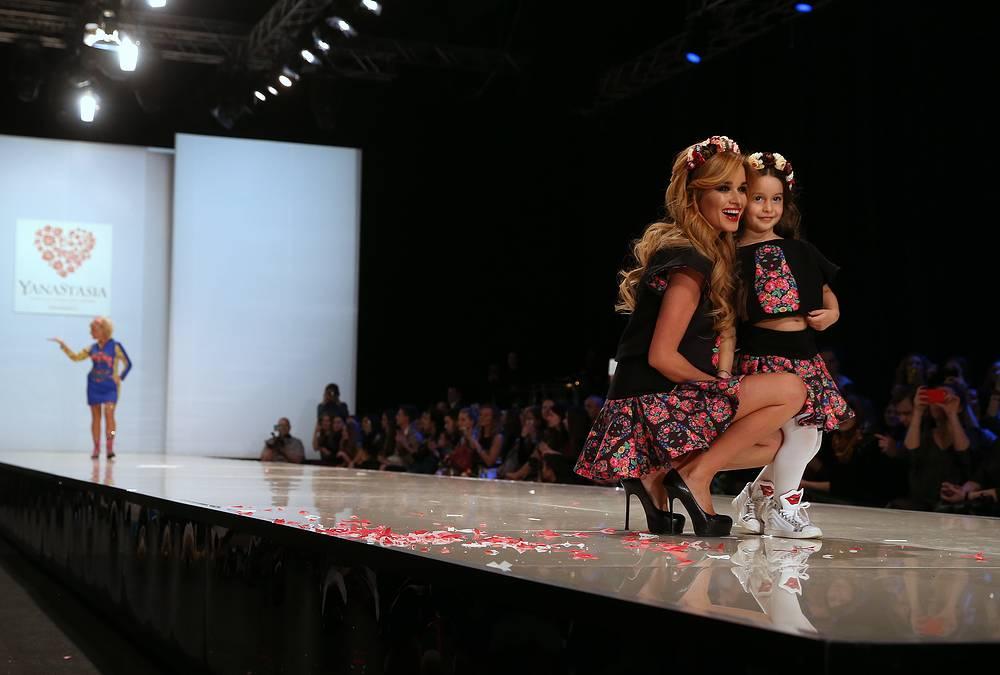 Телеведущая Ксения Бородина с дочерью Марусей на показе коллекции YanaStasia дизайнеров Яны и Анастасии Шевченко в рамках Moscow Fashion Week в Гостином дворе