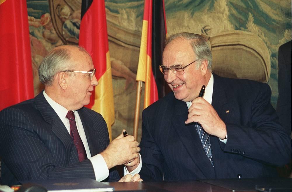 Президент СССР Михаил Горбачев и канцлер ФРГ Гельмут Коль обмениваются авторучками после подписания Договора о добрососедстве, партнерстве и сотрудничестве между Советским Союзом и Федеративной Республикой Германия, Бонн, 9 ноября 1990 года