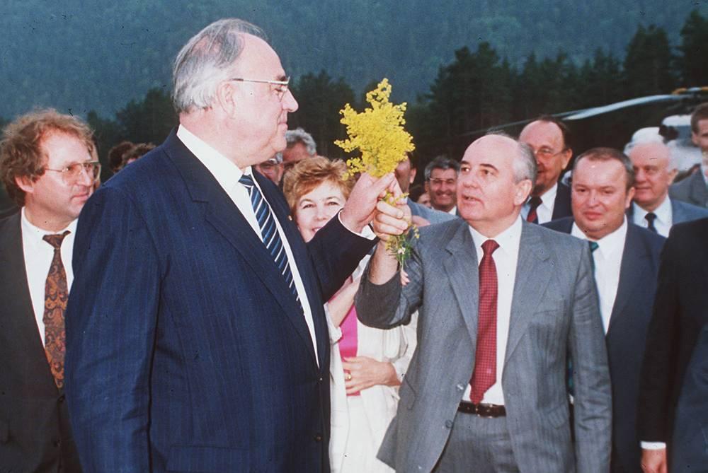 Президент СССР Михаил Горбачев и канцлер ФРГ Гельмут Коль во время встречи в городе Архыз, 16 июля 1990 года