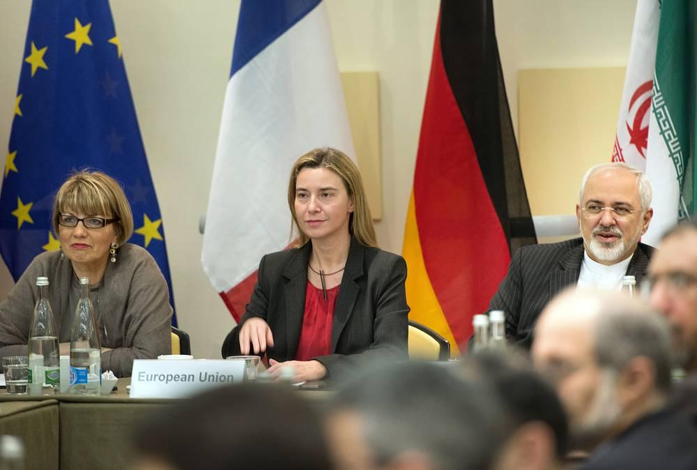 Последний раунд переговоров в Лозанне должен был завершиться к 31 марта, но из-за спорных вопросов к соглашению удалось прийти только через два дня. На фото: министр иностранных дел Ирана Джавад Зариф, глава европейской дипломатии Федерика Могерини и ее зам Хельга Шмид (справа налево)