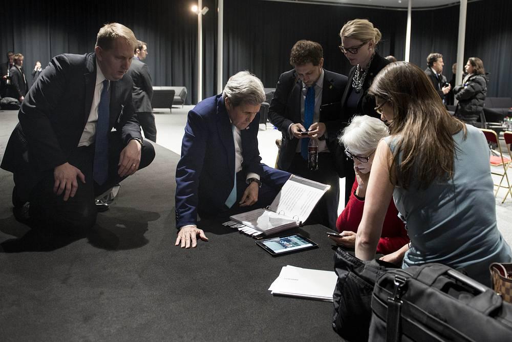Госсекретарь США Джон Керри (на фото второй слева) не покидал Лозанну на протяжении всего раунда переговоров. Он отмечал, что у него даже не было времени нормально поесть