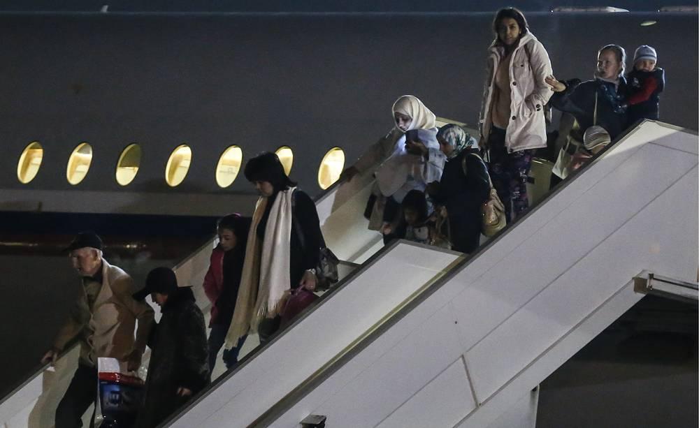 В ночь на 3 апреля двумя российскими спецрейсами в Москву из Йемена были эвакуированы 311 человек. Из них граждан РФ - 152, Узбекистана - 47, Белоруссии - 16, Украины - 8, Азербайджана - 6, Киргизии - 4, Молдавии - 4. На фото: самолет с гражданами России и других стран, эвакуированными из Йемена, на аэродроме Чкаловский