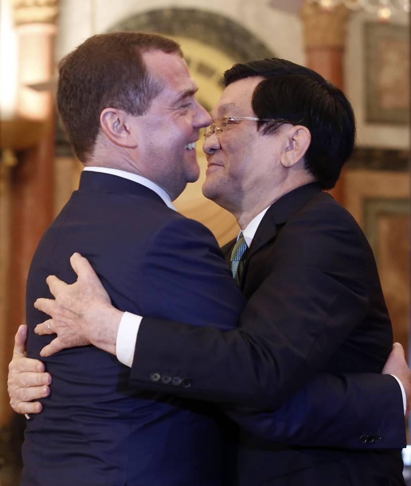 Премьер-министр РФ Дмитрий Медведев и президент Вьетнама Чыонг Тан Шанг в президентском дворце перед начлаом официальной встречи