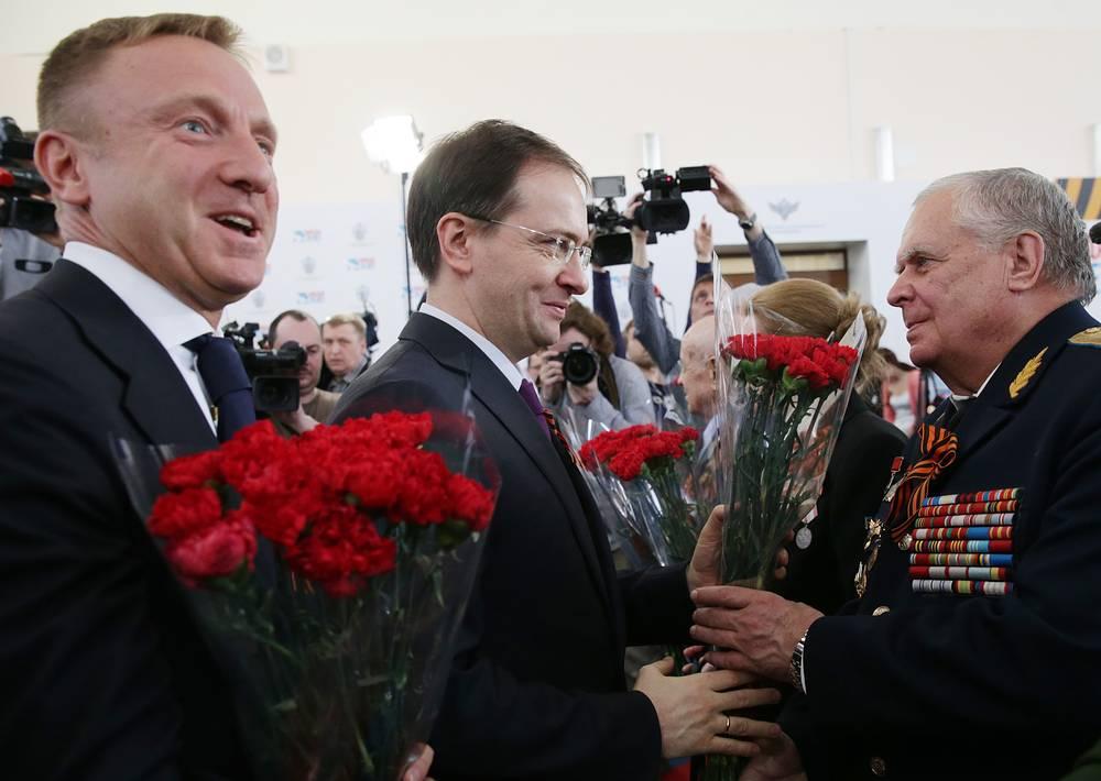Министр образования и науки РФ Дмитрий Ливанов и министр культуры РФ Владимир Мединский дарят ветеранам цветы