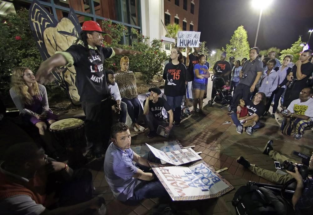 Протестующие на месте убийства Уолтера Скотта в городе Норт-Чарлстон