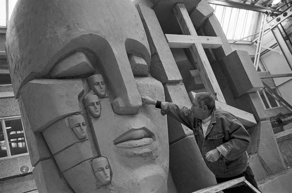 Эрнст Неизвестный за работой над трехметровой копией памятника жертвам сталинских репрессий (маска, плачущая человеческими лицами), 1990 год
