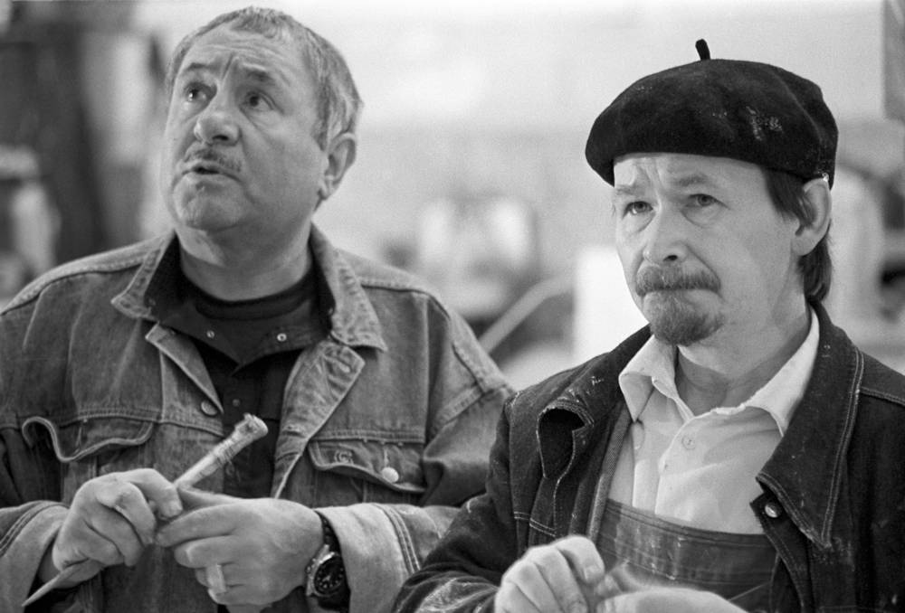 Эрнст Неизвестный со своим помощником Анатолием Гробовым (слева направо) за работой над трехметровой копией памятника жертвам сталинских репрессий, 1990 год