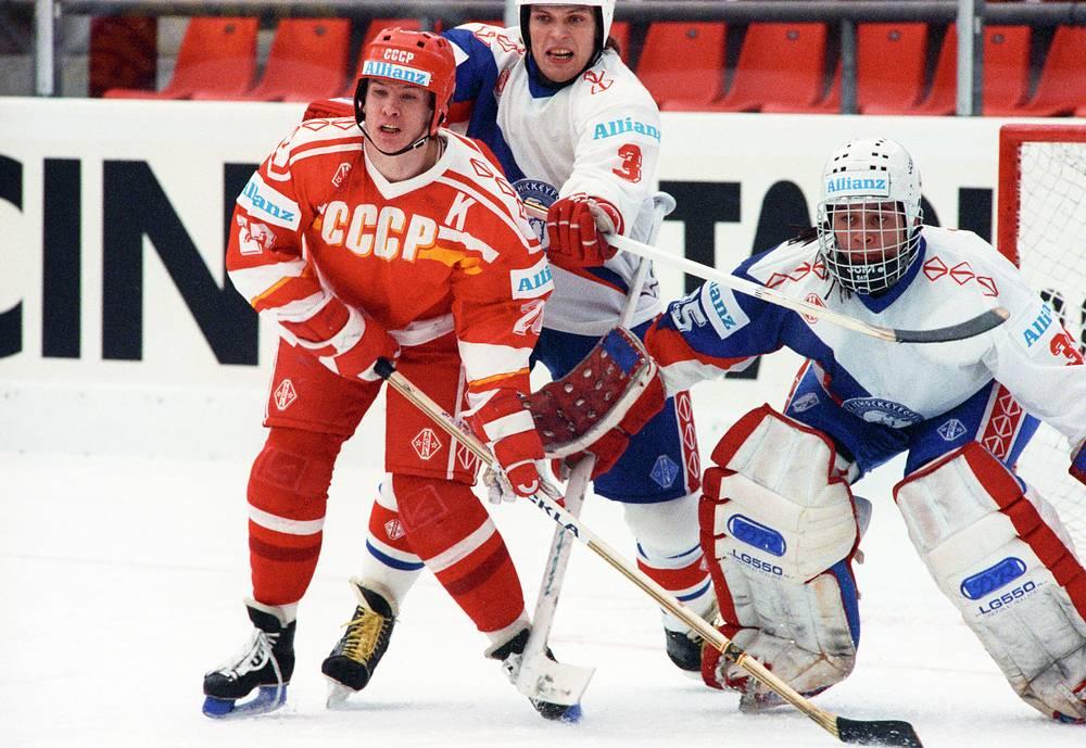 Капитан сборной СССР Вячеслав Быков во время матча чемпионата мира-1990 против команды Норвегии