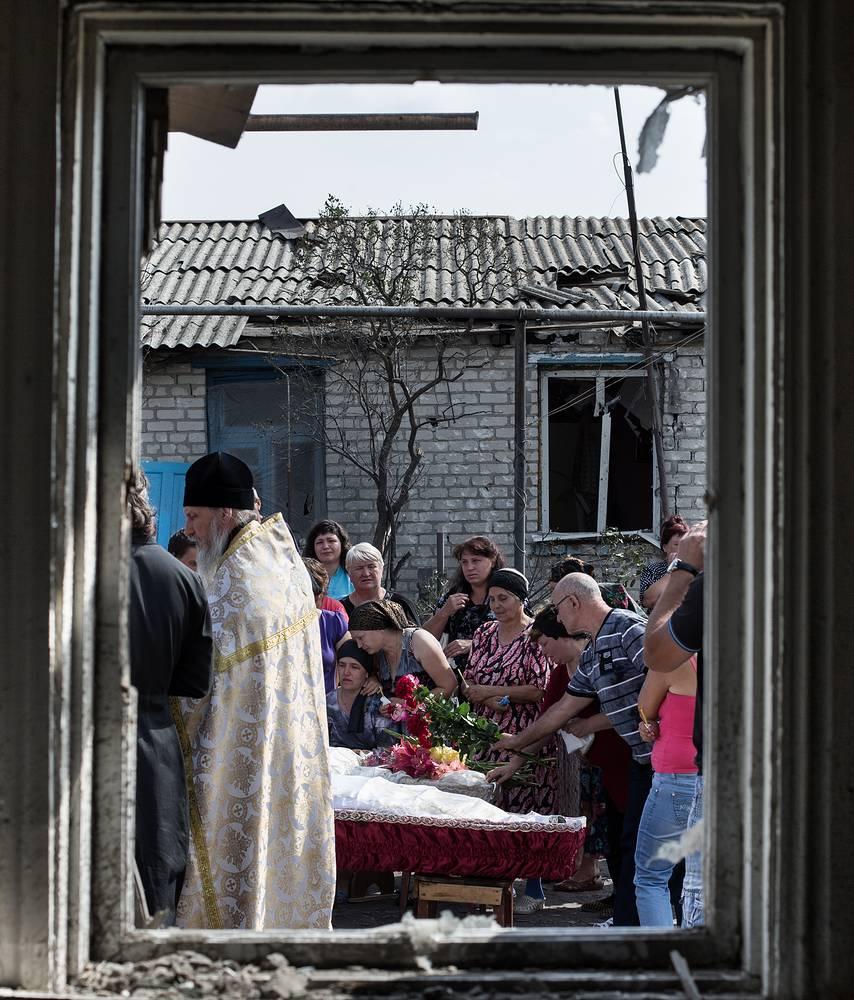 Похороны жителей Станицы Луганской, погибших в результате авиаобстрела украинских ВВС, Луганская область, июль 2014 года