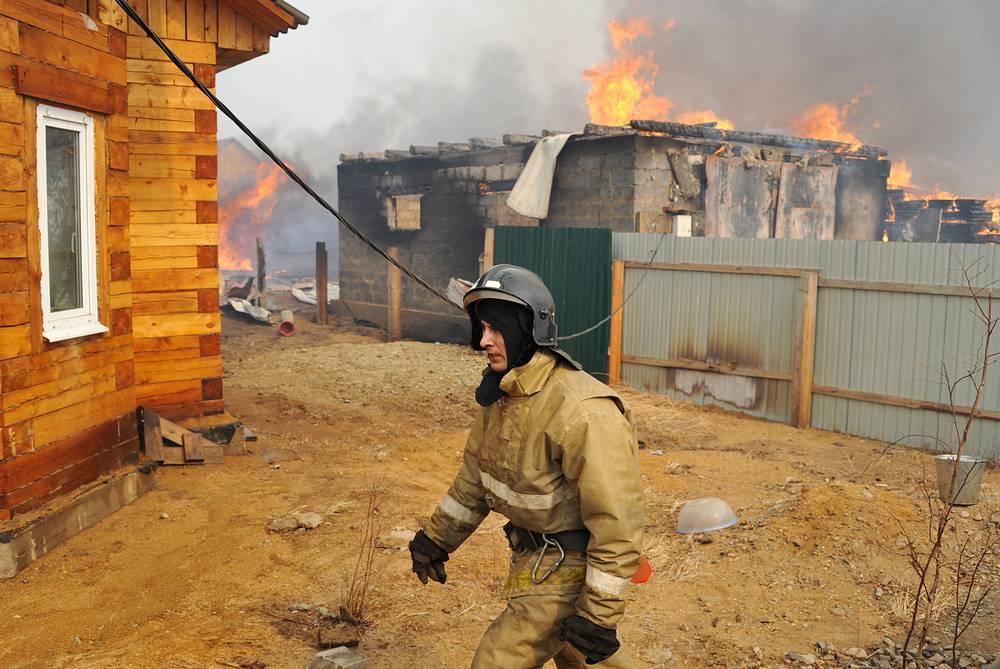13 апреля шквалистый ветер в регионе привел к тому, что лесные и степные пожары перекинулись на жилые дома и дачные кооперативы сразу в нескольких районах