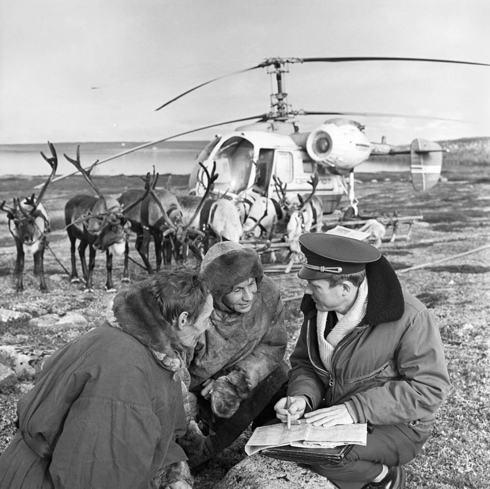 """Вертолет """"Ка-26"""" на стойбище оленеводов совхоза """"Тундра"""", Мурманская область, 1971 год"""