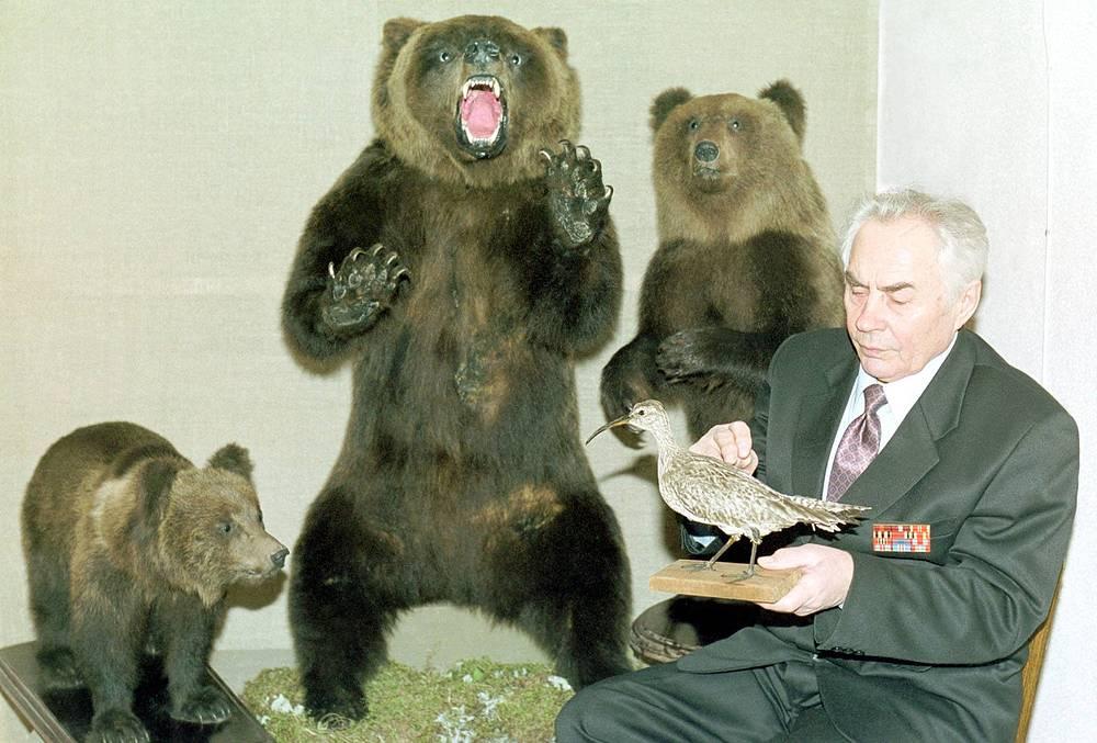 Знаменитый таксидермист Карелии Василий Игнатенко. Россия, Карелия, 2001 год