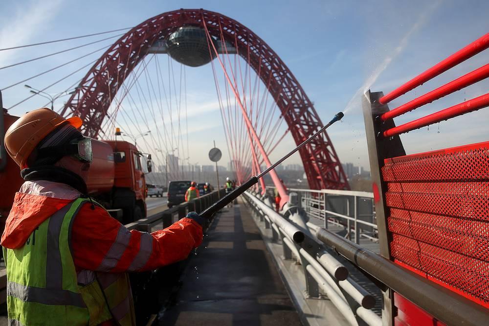 Мойка Живописного моста в Москве